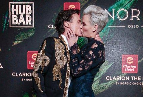 Petter Stordalen og Gunhild Stordalen kysser under åpningsfesten for Clarion Hotel The Hub i Oslo i mars i år. Søndag kom meldingen om at de flytter fra hverandre.