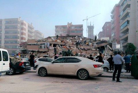 Flere store bygninger raste sammen i Tyrkias tredje største by Izmir under fredagens jordskjelv, og det lestes nå etter mennesker som kan være fanget i ruinene.