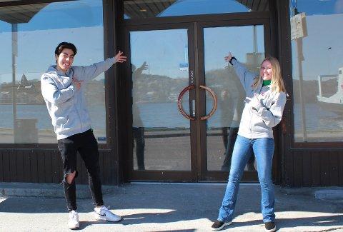 Studentene Hugo Mateo og Ingrid Johanne Riisnes utenfor det som til høsten blir studenthuset i Vågeveien.