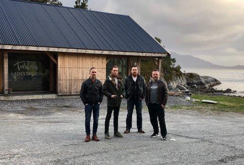 Cosmic Kings foran Tustna Ladestasjon. Fra venstre: Bjørn Hjelseth, Ian Sæther, Ole Bendik Nilsen og Pål Kristiansen