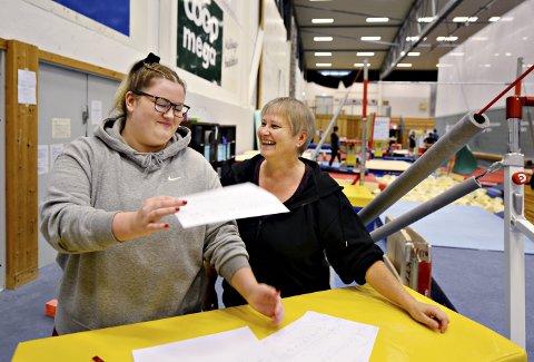 Brenner for turn: 25 år gamle Pia Dangel er både dommer og trener i turn. Hun har nylig blitt ansatt i Norges Gymnastikk- og Turnforbund som konkurransekonsulent. Den store drømmen er å komme til OL som dommer. Her står Pia sammen med mamma Marion. Sistnevnte er hovedtrener for konkurransepartiet i Kristiansunds Turnforening.