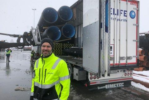 MILEPÆL: Administrerende direktør Sigmund Aandstad i Pipelife Norge mener at bruk av modulvogntog på 25,5 meter er en milepæl for rørbedriften med hovedsete på Syltbakken i Surnadal. – Dette er bra for miljøet, økonomien til bedriften og ressursbruken ved at det blir færre vogntog langs veiene, sier Aandstad.