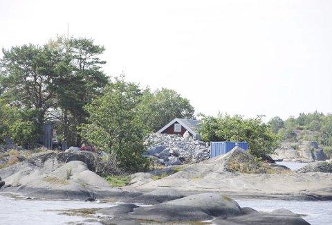 ENESTE: Hermine Midelfart og hennes mann Petter Malling eier den eneste fritidsboligen på øya. De kjøpte eiendommen i 2007 for 24 millioner kroner. Byggingen av en ny fritidsbolig startet i 2015 med å sprenge terrenget.