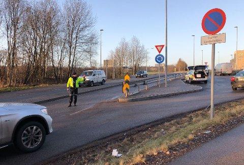 TOK BILISTER TIL SIDE: Utrykningspolitiet sto onsdag ettermiddag på kontrollplassen på Kjelle.
