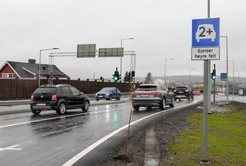 SKAL VURDERES: Fylkeskommunen skal evaluere det nye 2+-feltet i Presterødbakken etter mange nestenulykker og klager.