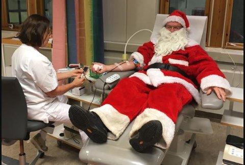 GLEDE: Petter Solheim fikk julestemningen til å stige noen hakk på Blodbanken. Her følger bioingeniør Heidi Maute på under blodgivningen.