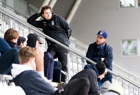 UTSATT IGJEN: Denne helgen skulle FK Eik Tønsberg serieåpnet. Nå er fotballstarten utsatt på ubestemt tid. Her er trenerne Ronny Johnsen (t.h.) og Christopher Barland på Tønsberg gressbane i april 2020.