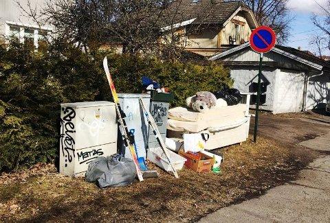 SKROTET ORDNINGEN:Dette har vært et vanlig syn i Tønsbergs gater når henteukene nærmer seg. Nå må man betale et eget gebyr for at avfallet skal bli hentet.