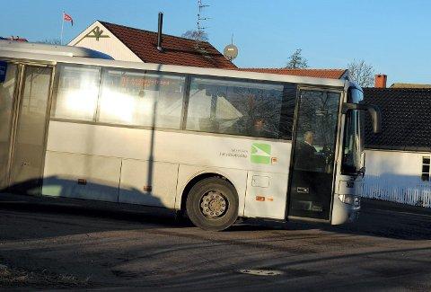 STRAMMER INN: I koronatida, hvor den fremste inngangen i bussen har blitt holdt lukket, har det vært en kraftig økning av sniking på bussen. Nå strammer VKT inn på bøtene.