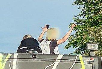 PÅ TAKET: Politiet fikk en rekke meldinger om at en russebuss kjørte med ungdom på taket i morgentrafikken. Foto: Tipser