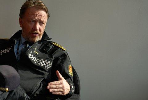 FØLGER MED: Politistasjonssjef Snorre Haugdahl i Steinkjer ber foreldre ta ansvar for å unngå smittespredning blant ungdom.