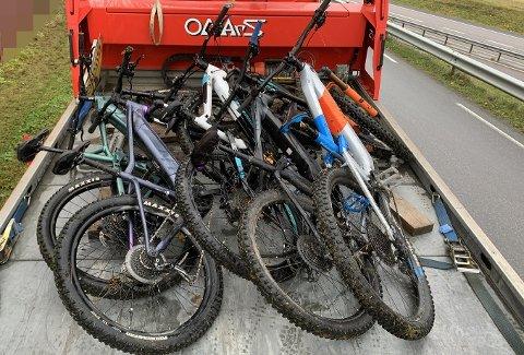 FUNNET: Politiet fant disse fem stjålne syklene på en privat adresse i Levanger lørdag.