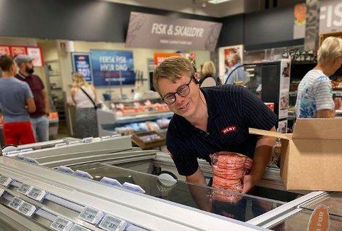 TIDENES SOMMER: Butikksjef på Meny Tvedestrand, Helge Blom-Ohlsen, smiler fra øre til øre. Aldri har han solgt så mye som i sommer. Matvarebutikken på Grisen er en vinner på Sørlandet.