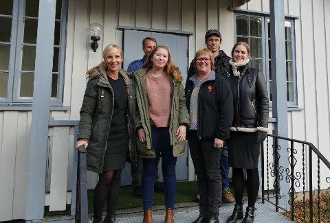 Ny ungdomsklubb i Misjonshuset? - Gjerne det, i følge denne gjengen. Fra venstre: Renate Remme Øverseth (virksomhetsleder i Kultur og Service), Knut Ulvestad (huseier), Karoline Sveen (leder i ungdområdet), Inger Torun Klosbøle (ordfører i Nord-Aurdal kommune), Øystein Hovrud (ungdomskonsulent) og Susanne Høybach (kulturkonsulent).