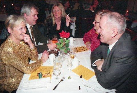 . *** Local Caption *** Ved stamvegbordet: Kjell Opseth hadde mange møte med Kjell Opseth ved stamvegbordet på hotellet på Fagernes når Opseth drog heim til Førde. Men dette bildet er frå festleg lag på Rakfiskfestivalen i 1998. T.v. Unni Fossnes og Kjell Ivar Fossnes. Til høgre Kjell Opseth.