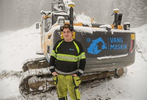 LANGTIDSPLAN: Anders Karlsen (18) starta i læretida si dagen etter at VG2 var fullført og har ein langtidsplan om å engasjere seg i drifta av Vang Maskin AS.