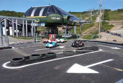 UKAS TIPS: Den populære Aktivitetsparken på Beitostølen følger opp med en årlig nyhet. Denne gangen er det de yngste (Fra 3 år) som kan glede seg til å få kjøre små elbiler på en egen asfaltbane.