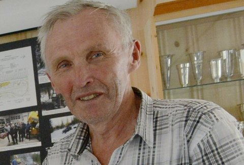 HEDRET AV SKIFORBUNDET: Ildsjelen Odd Martinsen ble hedret med diplom og gave på skiforbundets høstmøte.