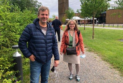 KLAREFORVAKSINE:1966-modellene Fredrik Jacobsen og Marit Røyne har tatt oppstilling i vaksinekøen utenfor Rotnes kirke onsdag formiddag.
