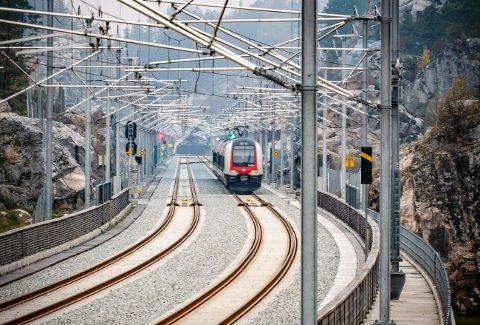 Østfoldbanen skulle åpne for normal drift mandag 10. august. Nå utsettes åpningen.