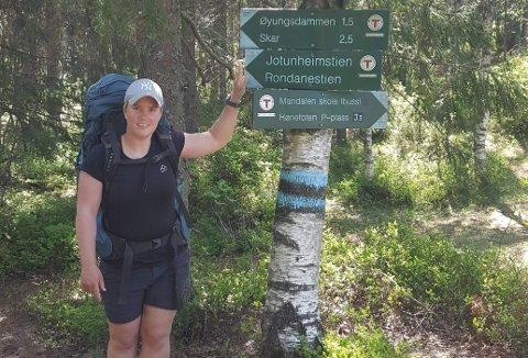 Silje Eilertsen (25) går Rondanestien i sitt eget tempo, og nyter det varierte naturlandskapet på veien.
