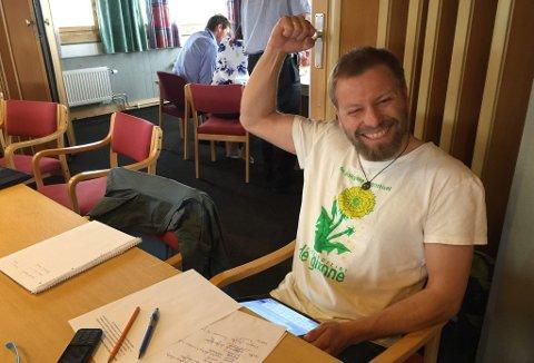 KOMMUNESTYRET I TYNSET: Sindre Sørhus tok på seg flertallsgliset etter et myr-vedtak i Tynset. I helga fikk han flertall for flere helnorske ulvekull da MDG hadde landsmøte.