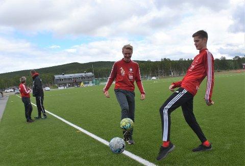 TAKKER MILJØET: At Robin Tamnes (til høyre) og Morten Ryttervoll (ved hans side) fortsatt synes fotball er utrolig morsomt takker de miljøet i Brekken for. Bak til venstre står Tove Iren Gløtheim Ryttervoll i før-kamp-prat med Erik Kokkvoll.