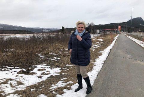 FRA MOTVIND TIL MEDVIND: Høyres Tirill Langleite gir ikke opp tross at alle signaler så langt tyder på at det blir nei til dagligvarehandel på Steimosletta. Det sa hun da dette bildet ble tatt, i april. Nå er saken avgjort, det åpnes for dagligvare.