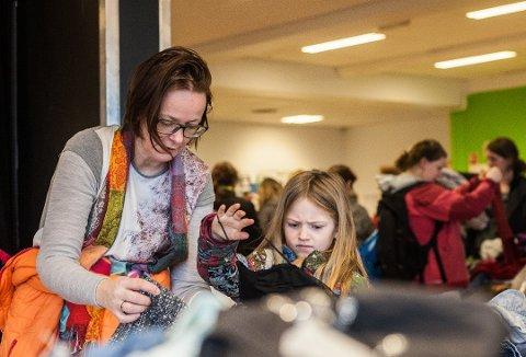GJENBRUK: Line Mari Ødegård og datteren Alva Hermine Ødegård Eriksen (7) fra Ås titter på barneklær.
