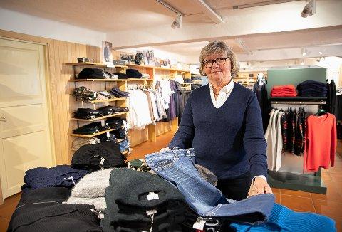 SELGER MYE BUKSER: Annethe Sverdrup selger bukser blant annet jeans og andre bukser med god passform.