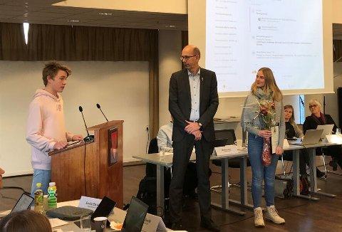 MOTTOK PRISEN: ust Holck Hauglien og Marte Amundstad mottar Miljøvernprisen for barn og unge i 2019 til Ås ungdomsskole.