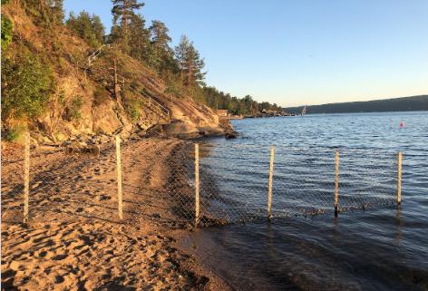 GJERDE OG SKILT OM PRIVAT STRAND: Dette er ett av flere stengsler i strandsonen badegjester har varslet Nordre Follo kommune om.