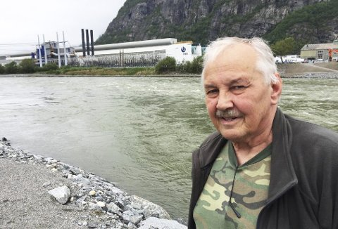 DRIVA:   Bildet med Svein Haugen i Postmesteren, er fra mai i fjor da elva gikk flomstor og det ble registrert nær ti ganger større vassføring enn per i dag. ARKIVFOTO