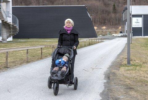 Bekymret for barnas sikkerhet: Maja Solli (V) stiller seg spørrende til at biler kjører tvers over uteområdet ved Sunndal ungdomsskole, på en vei som egentlig er en gang- og sykkelvei.