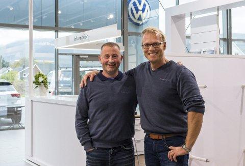 Suksess: Salget går godt for daglig leder Lars Kristian Todal og selger Arnbjørn Heggset ved Sveen Auto i Surnadal.