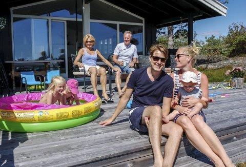 BASSENGLYKKE: Espen (37) og Sandra Bagge-Carlsen (i forgrunnen på bildet) med barna Vilde (4), Ebba (2) og Klara (1), nyter sommeren på Gjernes sammen med Stein Arnfinn Carlsen (66) og Grethe Lise Jacobsen (65).Foto: Cathrine Gram
