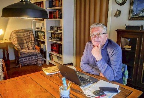 Hjemmekontor: Hjemme i huset sitt på Kamperhaug fordyper Steinar Ryvind seg i verneplaner og annen snacks han liker å skrive om.