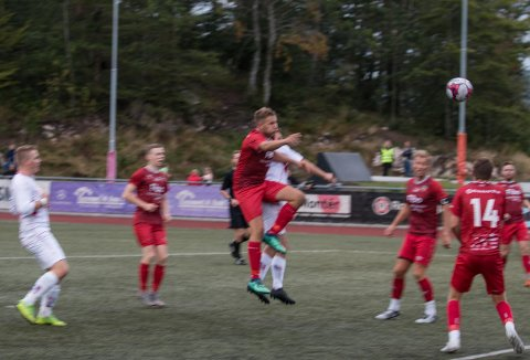 UTLIGNER: Fredrik Abrahamsen (delvis skjult) header inn utligningen for FFK. Foto: Lars Rekaa, Lyngdals Avis
