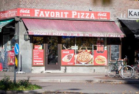 KNUSTE RUTE: Høsten 2019 kastet 22-åringen en stein gjennom vinduet på denne restauranten på Carl Berners plass. Oslo tingrett kom til at han handlet på bestilling av en annen mann.