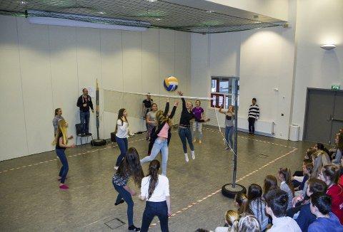 Volleyball: Friminutta på Knarvik ungdomsskule går stort sett med til volleyballspeling.Begge foto: Øyvind Bjerkestrand