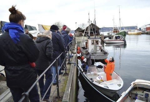 MED TORSK I BLIKKET: Langt de fleste ønsket seg fersk torsk, og yrkesfisker Jan Arve Birkeland og hans kompanjong, Thomas Borlaug, sørget for varene for tredje fredagen på rad. FOTO: TOM R. HJERTHOLM