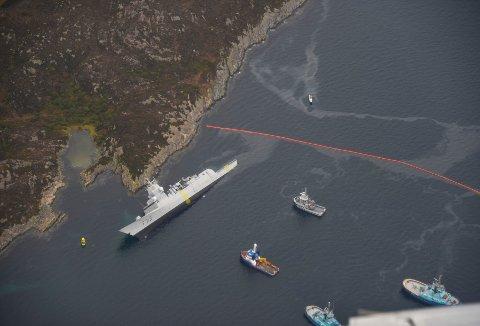 Miljøkonsekvensane av fregattkollisjonen i fjor blir omtalt som små, sjølv om nesten 300.000 liter olje lak ut frå havaristen.