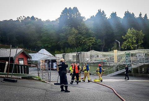 Ein person er frakta til sjukehus etter ei arbeidsulukke hjå Alsaker fjordbruk på Rossland i Meland.