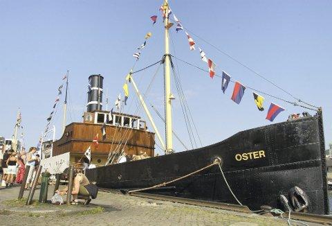Dampskipet er rett som i byd'n – og her er frå ein tidlegare tur til byen, då det var kaiplass på Strandkaien inst mot Torget.