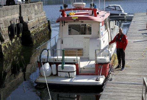 – Den er godt brukt for å seie det sånn, seier Terje Hårvik der han står ved Røde Kors-båten i heimehamna på Laksevåg. Foto: TOM R. HJERTHOLM