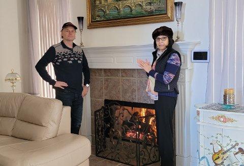 - Vi har heldigvis en gasspeis som vi kan stå rundt for å varme oss på, sier John Tverbakk, her sammen med kona Roberta.