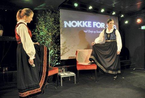 Dette bildet er fra festspillkabareten i mai i år. Sammen med musikeren Yngve Elde har Tonje og Sandra snudd opp ned på mye fra «Nokke for seg»-showet som ble vist da. Snart er det                           juleshow med samme navn.