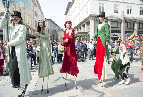 Scenekunstnere fra Bergen Byspill imponerte, begeistret og fengslet bergenserne. Noen spilte musikk på trommer og trombone, mens andre gikk på stylter.