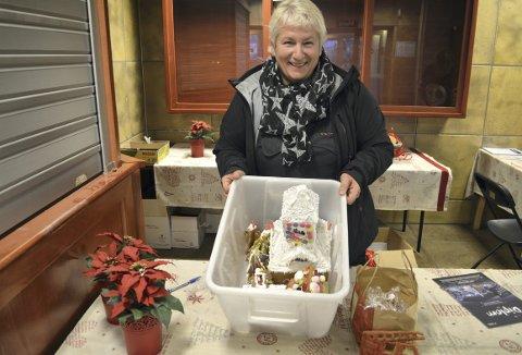 Søskenbarna Aleksandra, Ole Adrian og Teodor kan takke bestemor Rita at alt de bakte sist helg, kom trygt og ikke minst helt, frem til Sentralbadet. (Foto: TOM R. HJERTHOLM)