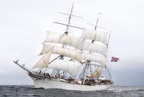 Nå har byens seilende ambassadør stukket til havs. Hjemveien er lang, og «Statsraad Lehmkuhl» seiler inn forbi Skolten først den 10. desember. (Foto: RUNE JOHANSEN)